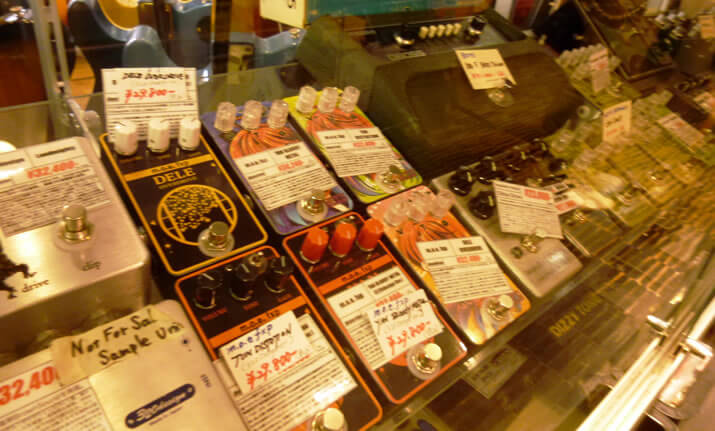 神田店エフェクター売り場のショーケース3